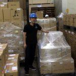 倉庫で汗だく作業