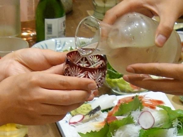 江戸切子と日本酒を渡し、日本製の良さを実感